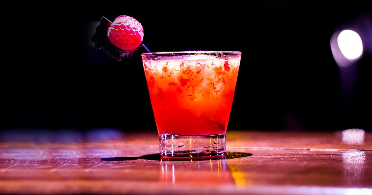 Bebidas ácidas corroem o esmalte do dente